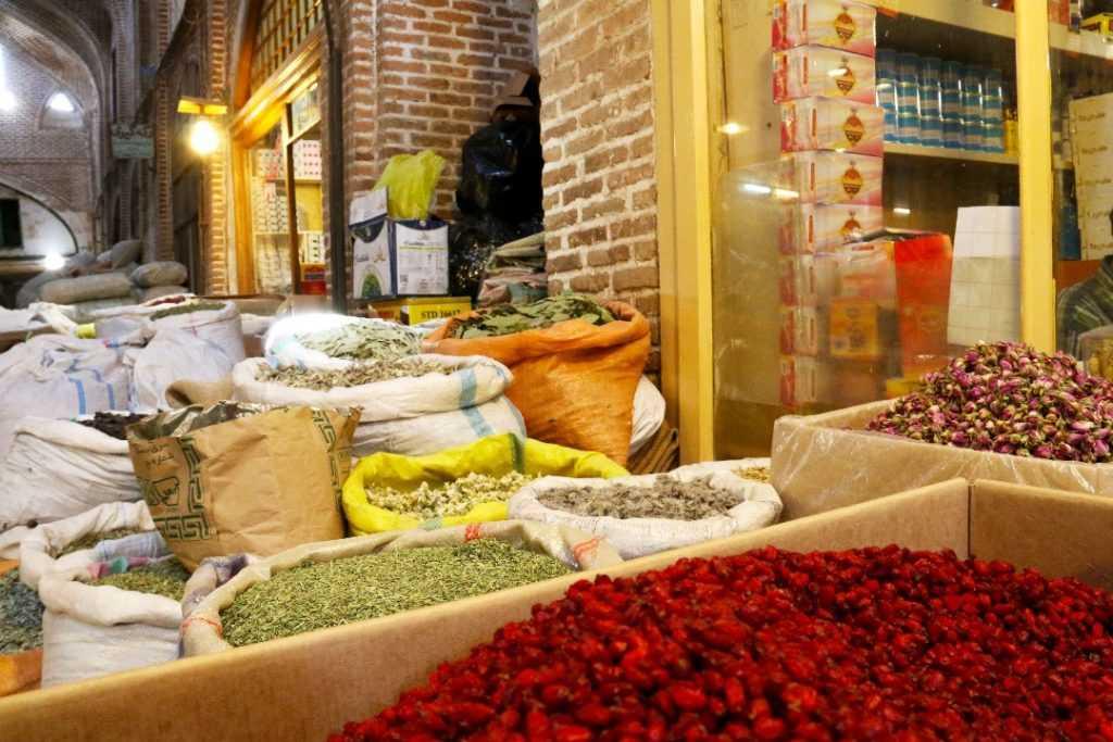 Verkauf traditioneller iranischer Gewürze in Tabriz Markt
