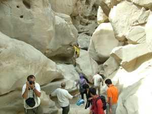 Touristen in Chahkooh tal Qeshm(Qeshm Chahkooh Canyon)