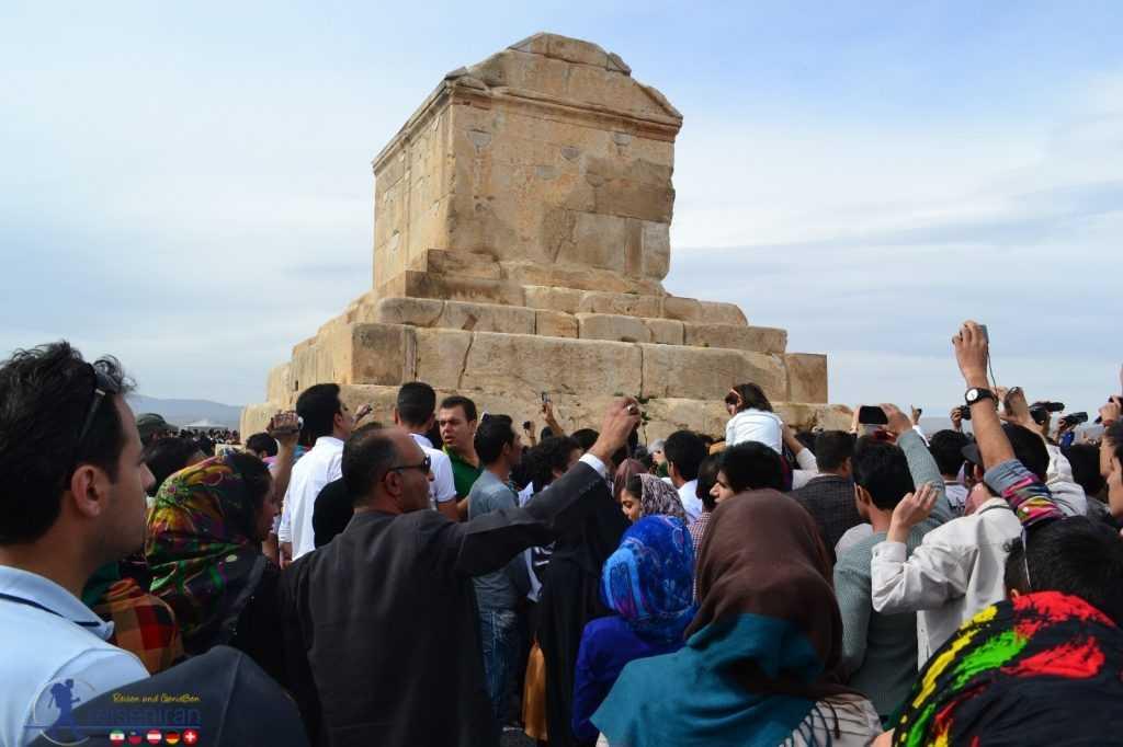 مردم در کنار مقبره کوروش