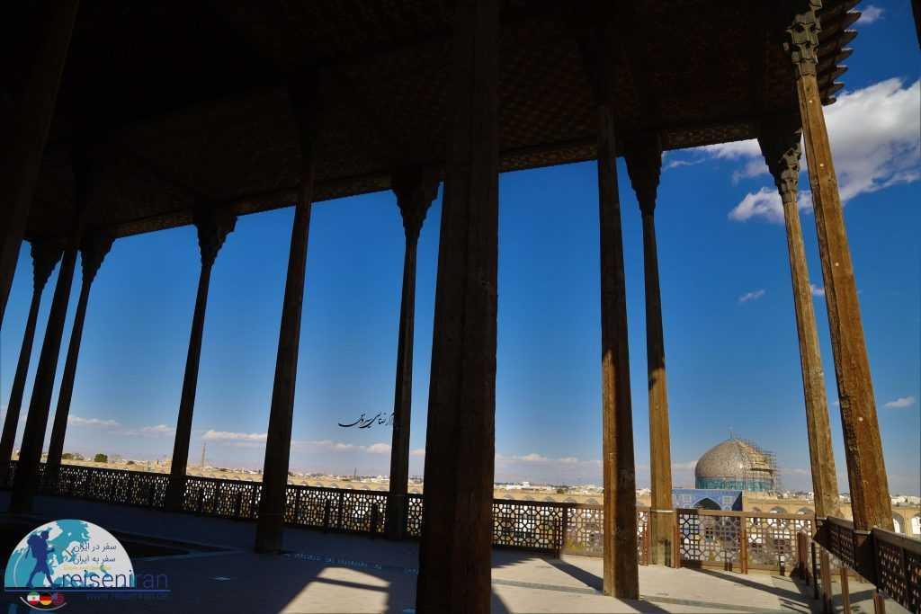 نمای مسجد شیخ لطف الله از ایوان کاخ عالی قاپو اصفهان