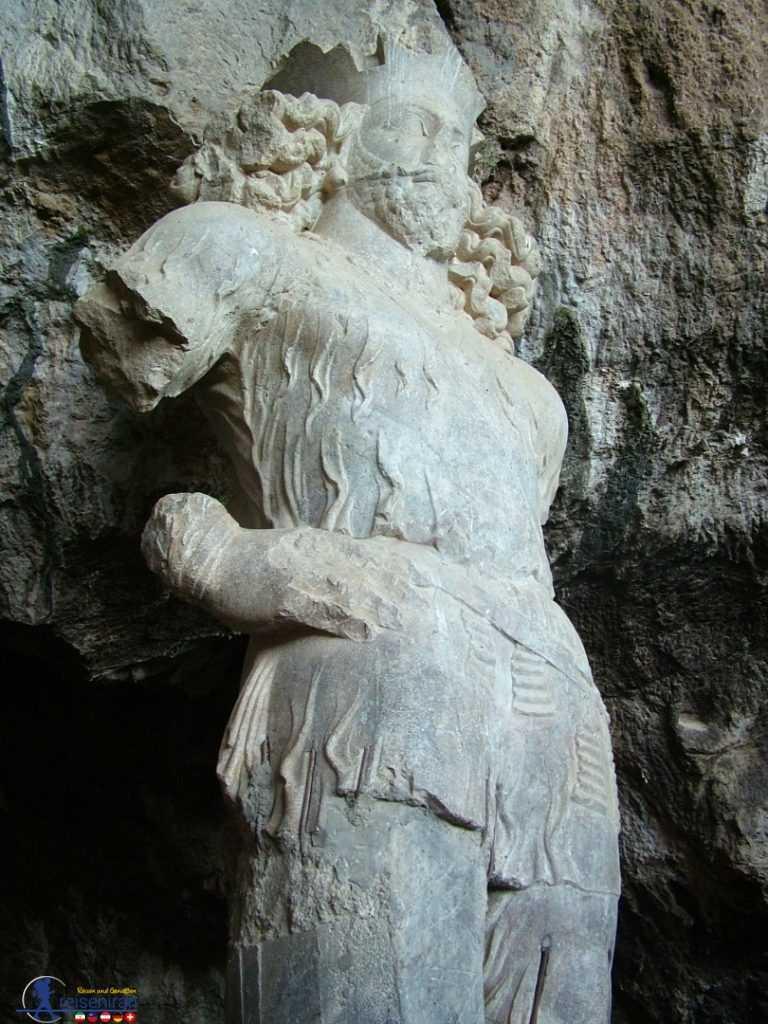 تندیس شاپور در غار شاپور