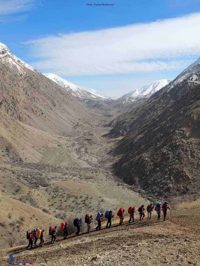 کوهنوردان به سوی دریاچه
