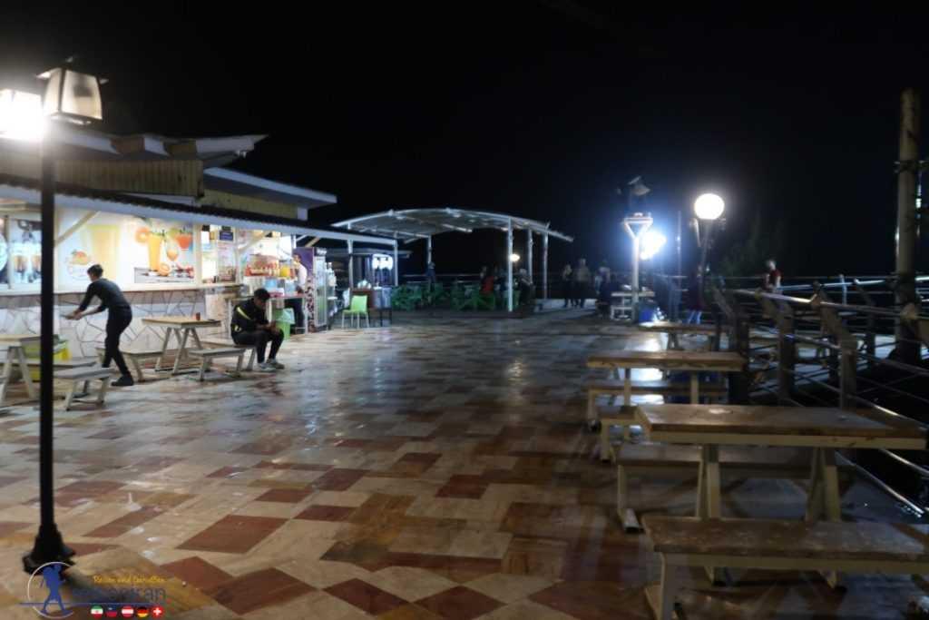 محل نشستن در بام سبز رامسر در شب