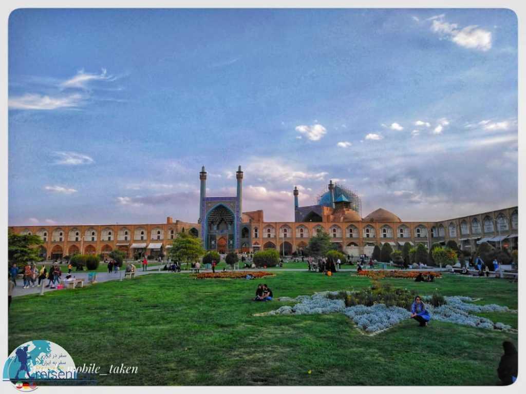 نمای مسجد شاه از وسط میدان نقش جهان