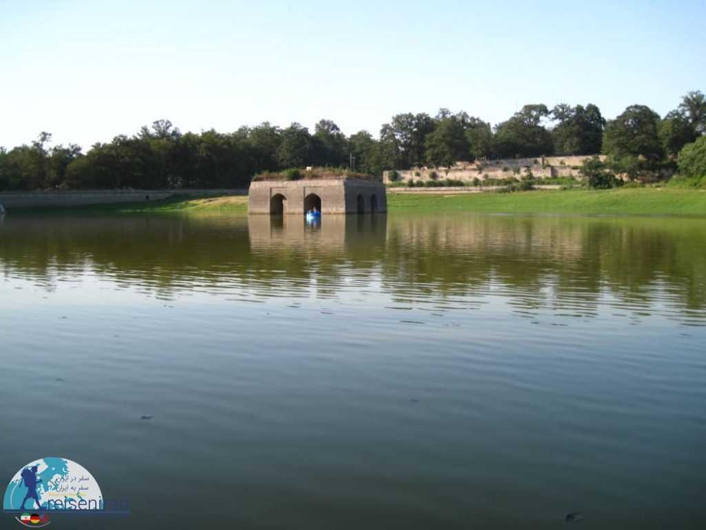 چهارطاقی دریاچه عباس آباد