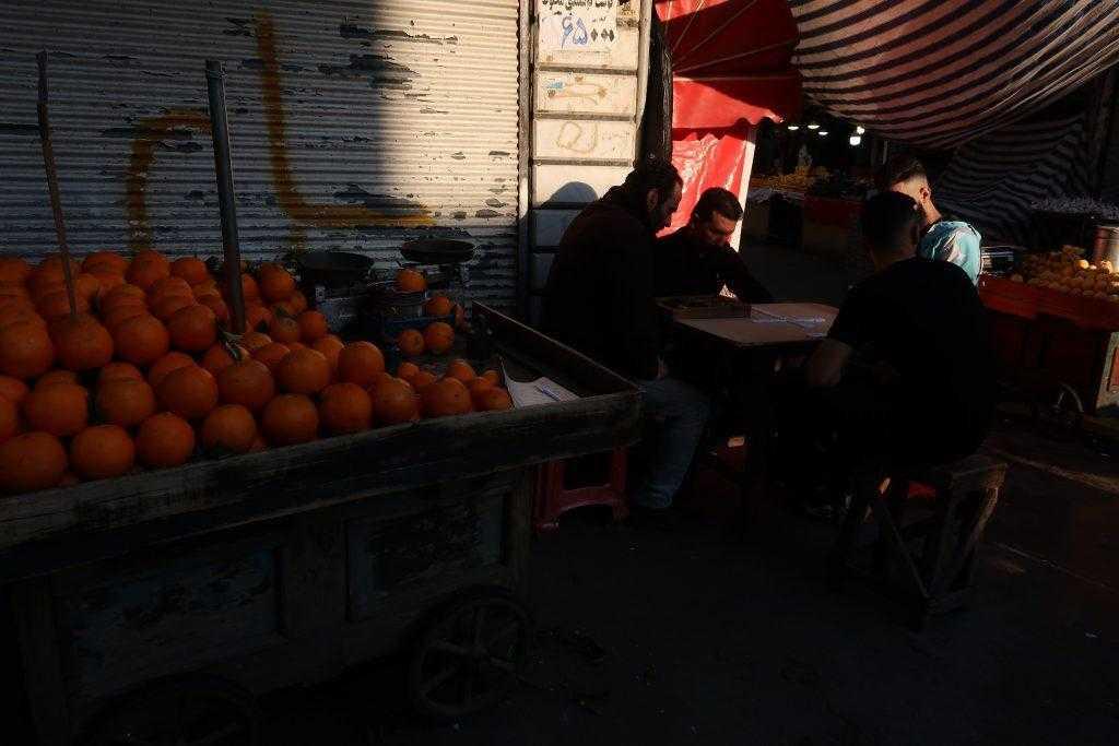 بازی و فروش میوه در بازار رشت