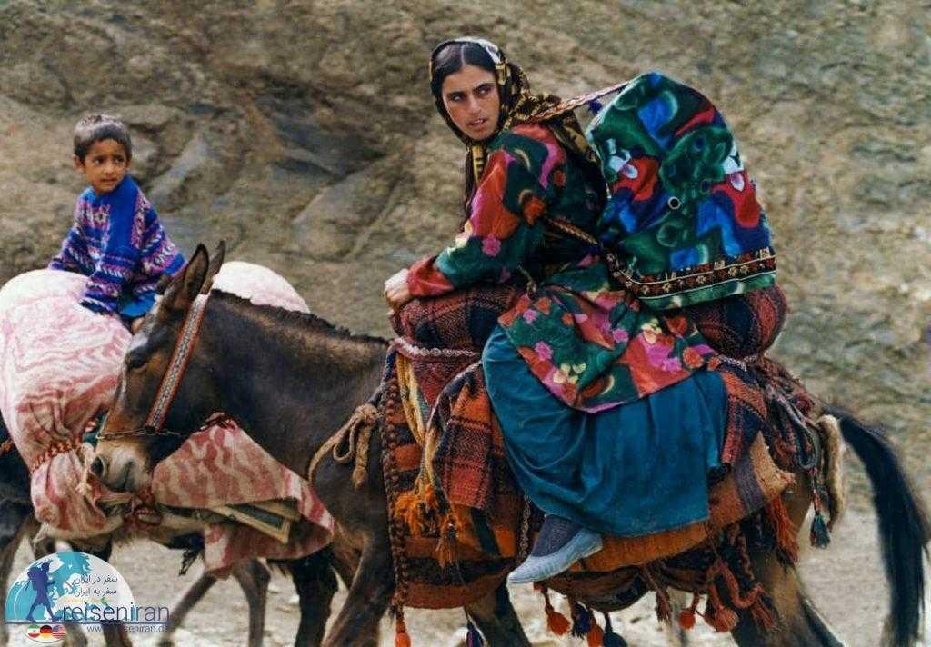 زن بختیاری در مسیر کوچ