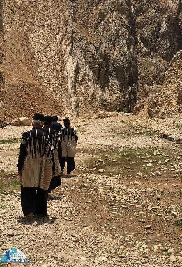 مردان با پوشش بختیاری در روستا سرآقا سید