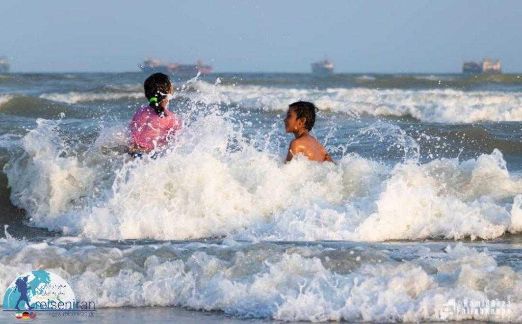 بازی بچه ها در ساحل بندرعباس