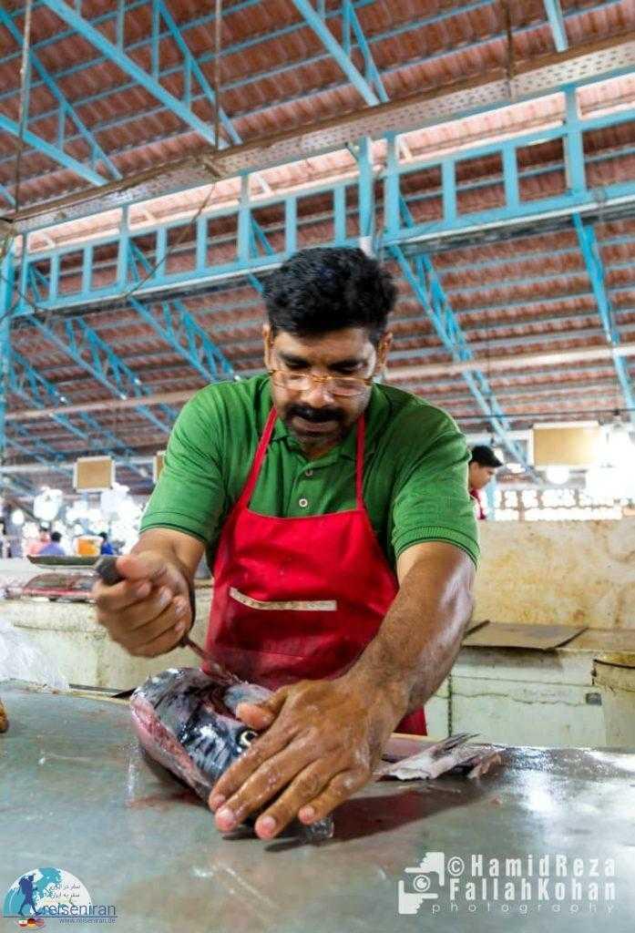 پاک کردن ماهی در بازار ماهی فروش های بندرعباس