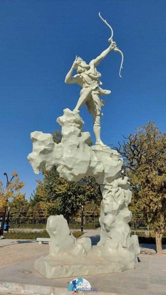 مجسمه آرش کمانگیر