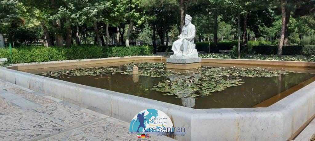 مجسمه فردوسی میان آب