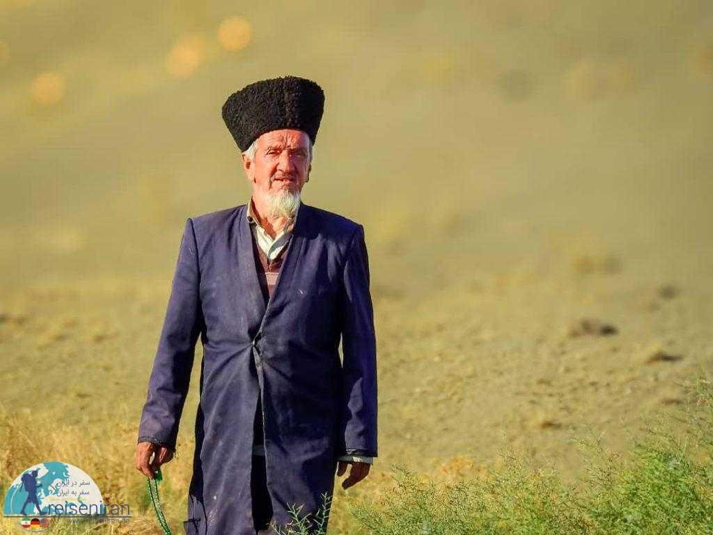 مرد ترکمن با پوشش محلی