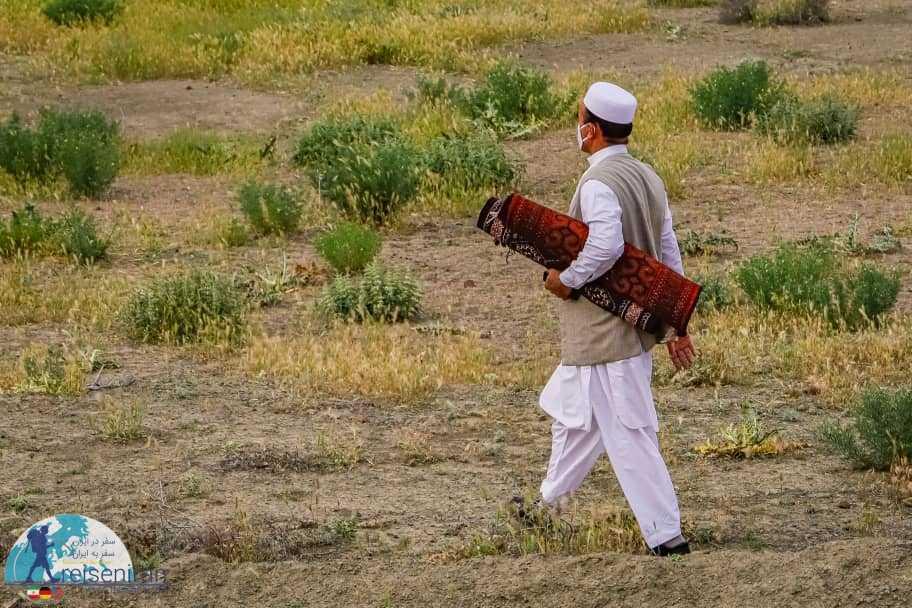 مهیا شدن مرد ترکمن برای نماز عید فطر