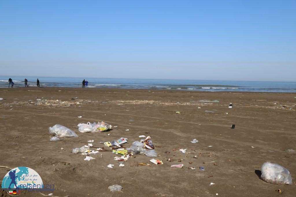 زباله های رها در ساحل دریای مازندران