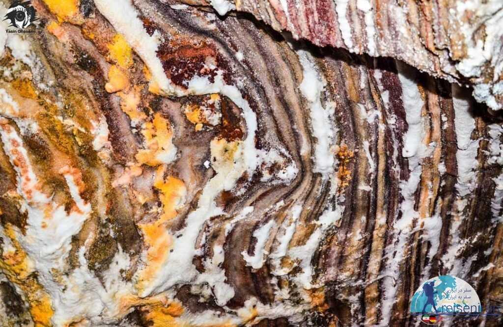 عکس لایه های غار نمکدان