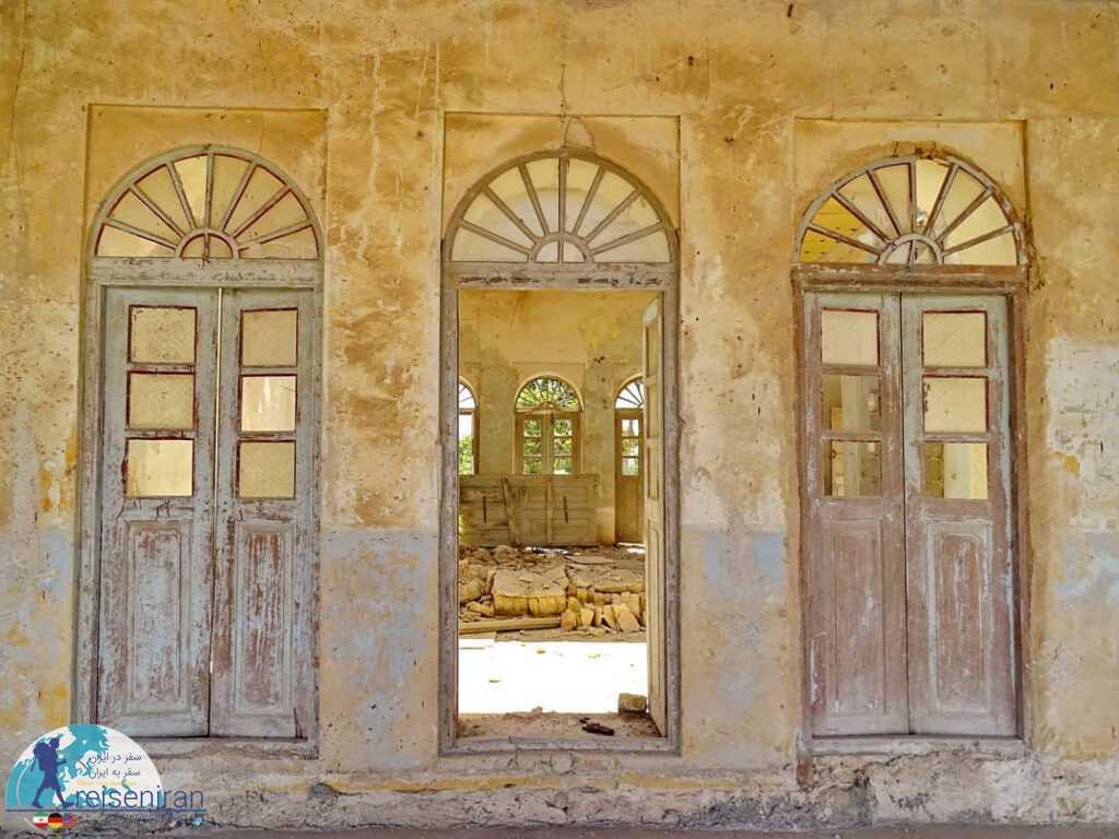 درب های چوبی خراب شده ساختمان قدیم شهرداری بندر لنگه