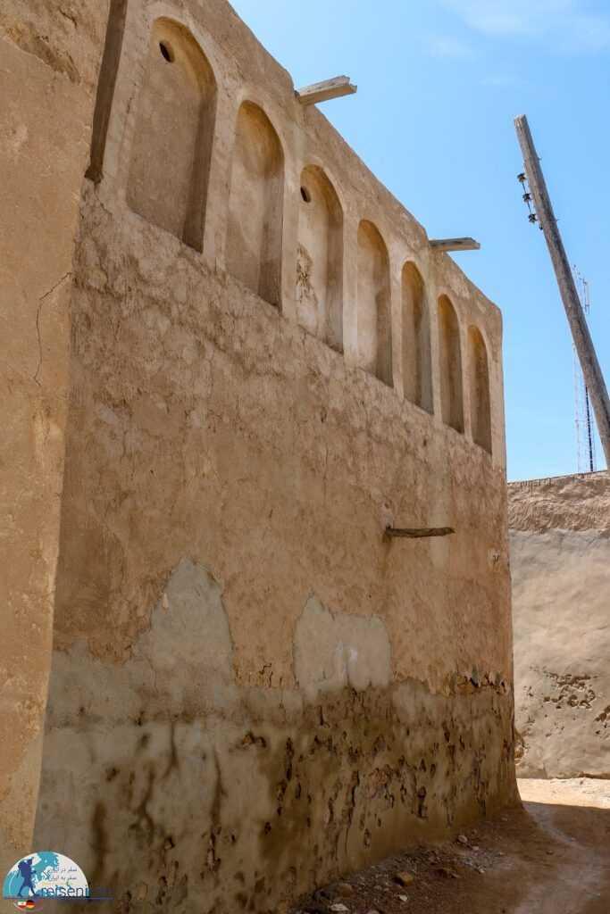 دیواری خشتی قدیمی در بندر لنگه
