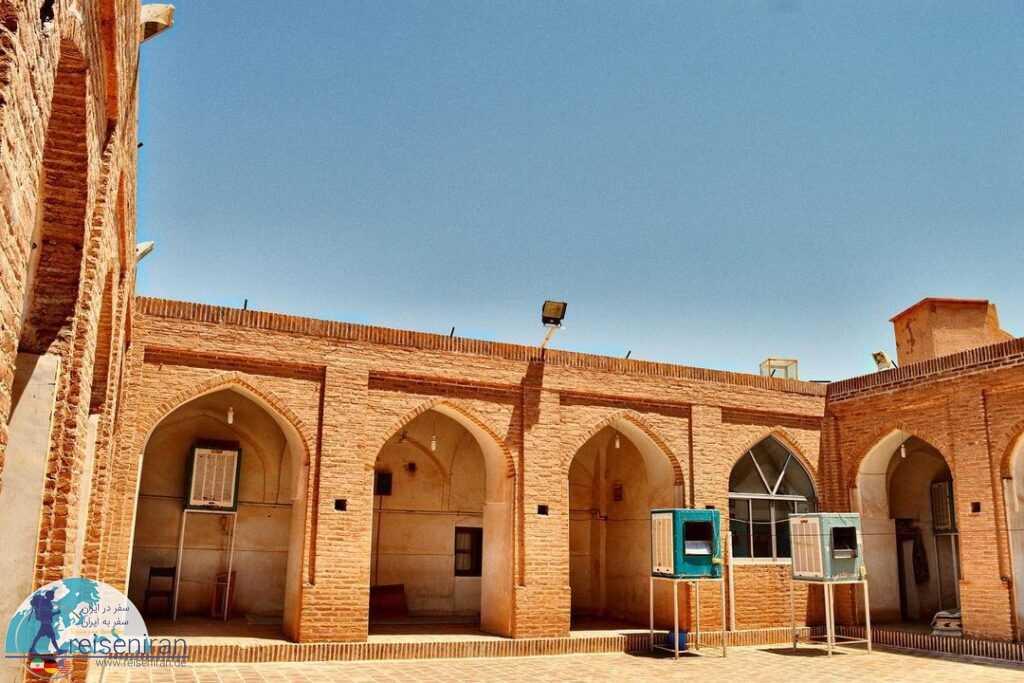 نمای بیرونی مسجد میانده