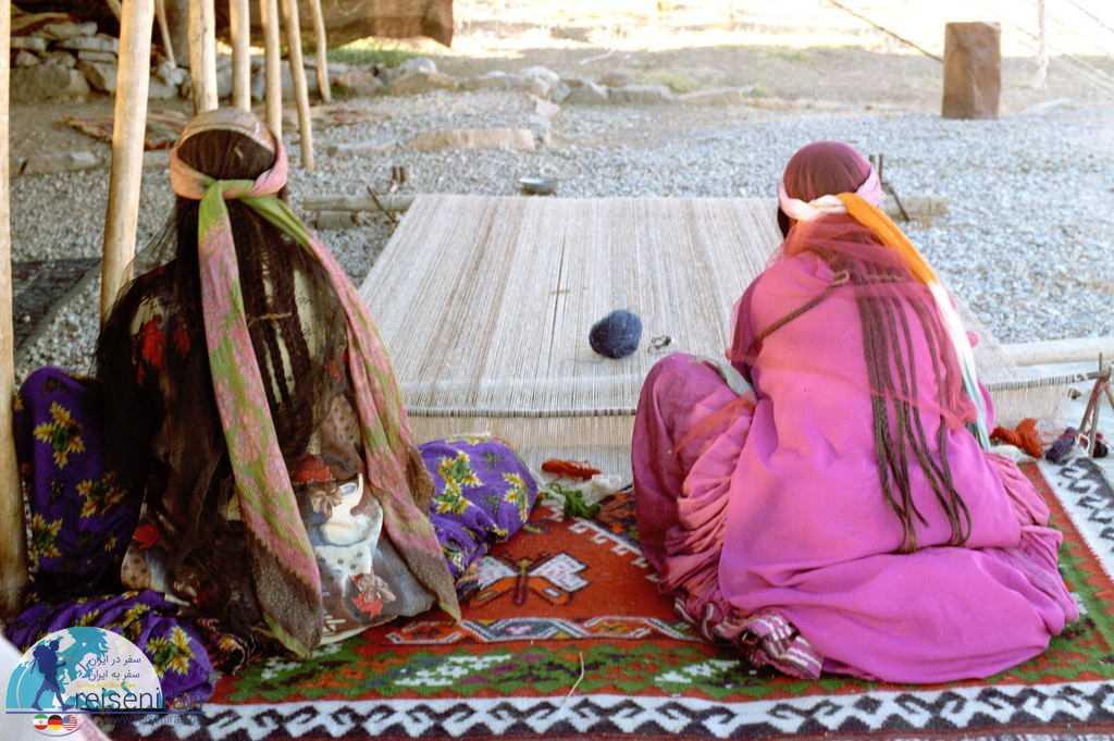 بانوان در حال بافت گلیم قشقایی بر روی دار قالی خوابیده
