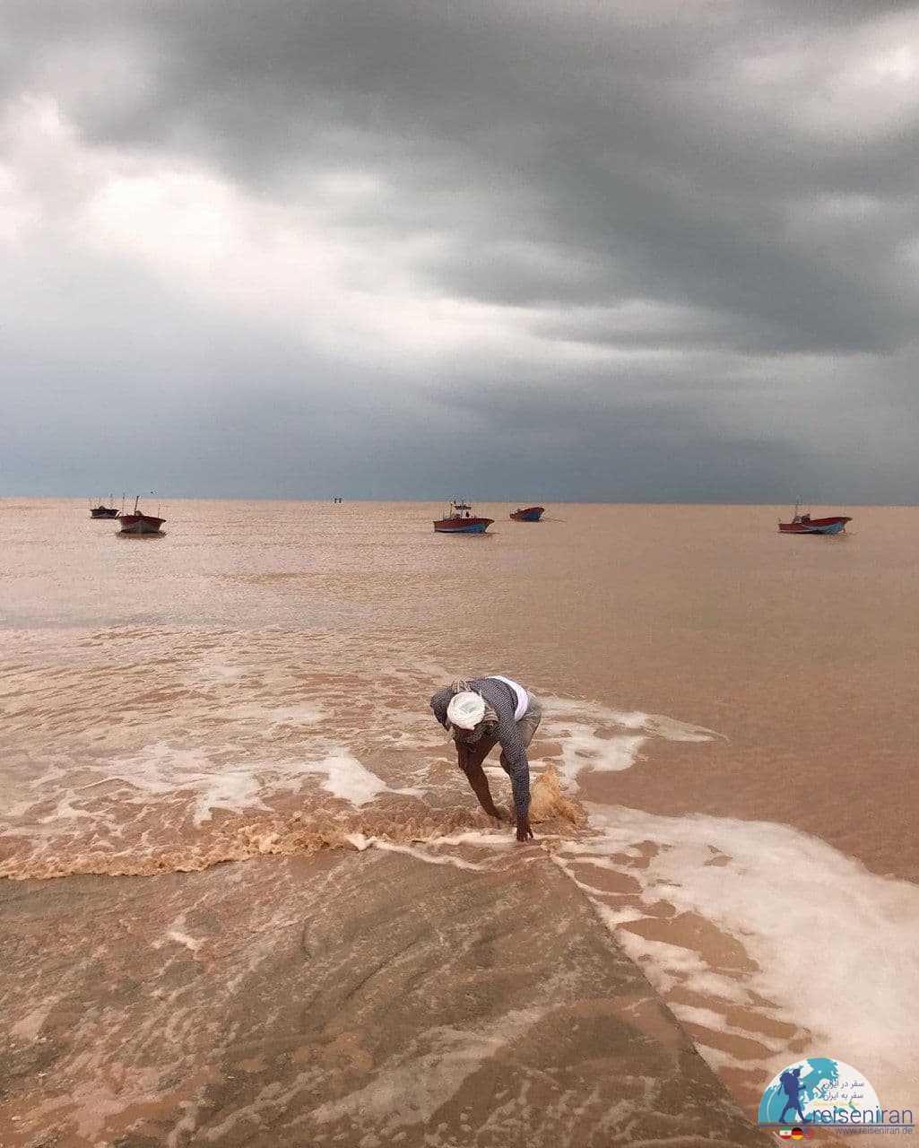 مرد ماهیگیر در ساحل دیر